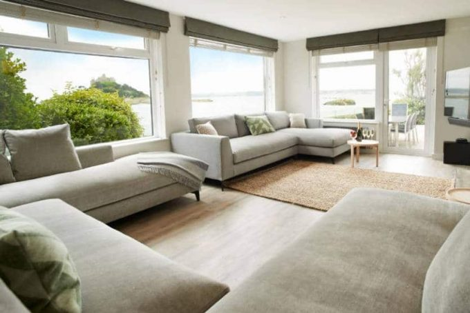 Spacious and bright sitting room