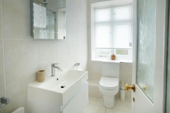 Light and airy bathroom